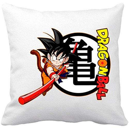 Cojín con relleno de Son Goku con bastón y logo. De color blanco y 35 x 35 cm